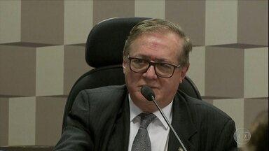 Boletim: Bolsonaro anuncia saída de Ricardo Vélez Rodriguez do Ministério da Educação - O presidente Jair Bolsonaro anunciou na manhã desta segunda-feira (8) a demissão do ministro da Educação Ricardo Vélez Rodriguez. O novo ministro será o professor Abraham Weintraub.
