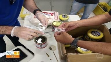 PF prende trio após cão localizar um quilo de pasta de cocaína em encomenda nos Correios - Droga estava dentro de lata de massa rápida para automóveis