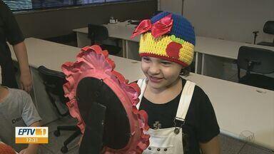 Dia mundial de combate ao câncer: projeto faz perucas para crianças - Voluntários reúnem-se em Piracicaba para produção.