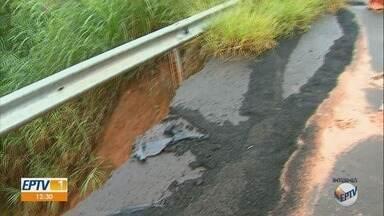 Cratera e erosão na Rodovia Cândido Portinari oferecem riscos em Pedregulho, SP - Parte do acostamento em trecho afetado desmoronou.