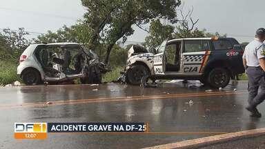 Casal morre e filho fica ferido em acidente na DF-250 - Carro da família desviou de um carro e bateu em uma viatura da Polícia Militar perto do Núcleo Rural da Rajadinha. Dois policiais também se feriram.