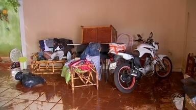 Chuva forte alaga casas, ruas e causa estragos na região de Bauru - Segundo o Centro Nacional de Monitoramento e Alerta de Desastres Naturais (Cemaden), choveu mais do que esperado para todo o mês de abril. Dezenas de casas ficaram alagadas.