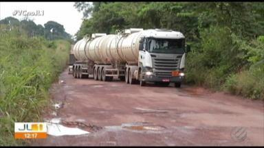 Buracos na BR-155, no Sul do Pará, dobram tempo de viagem - Motoristas e passageiros que trafegam pelo trecho que fica na cidade de Redenção, no Pará, falam que os buracos e o tempo chuvoso tornam a viagem ainda mais demorada e ariscada.
