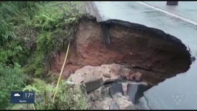 Asfalto cede, abre cratera e bloqueia trecho da Rodovia Rio-Santos - Situação ocorreu no Km 231 da rodovia, sentido Guarujá. Trecho foi sinalizado e tráfego flui normalmente.