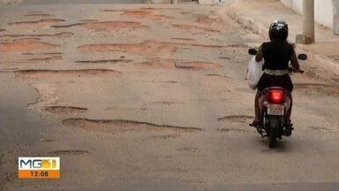 Moradores do Bairro Cidade Nova reclamam da falta de água e buracos na rua, em Valadares - Promessa de resolver os problemas de infraestrutura do bairro é antiga.