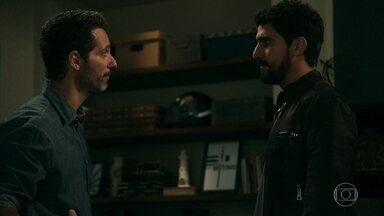 Jamil conta para Ali sobre a história de Laila, e Mamede ouve - Ali questiona Jamil sobre Aziz