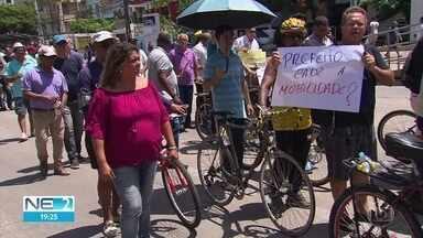Proibidos de interditar ruas com carros, taxistas protestam a pé, no Recife - Eles pedem regulamentação de transporte por aplicativo privado de passageiros.