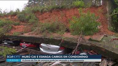 Moradores devem ser ressarcidos após queda de muro em carros dentro de condomínio - A queda foi ocasionada pela chuva do final de semana.