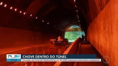 Falta de manutenção no túnel Quitandinha preocupa motoristas em Petrópolis, no RJ - Água da chuva vaza pelo teto no local.