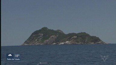 Pescadores seguem desaparecidos após barco naufragar em Itanhaém - Quatro dos seis pescadores se salvaram ao se refugiarem na Ilha das Cobras. Famílias insistem para que as buscas continuem, após um mês do caso.