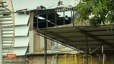 Explosão de empresa de biocombustíveis em SP causa morte de dois funcionários - Uma explosão em uma empresa de biocombustíveis em Sumaré, São Paulo, causou a morte de dois funcionários. O acidente ocorreu quando eles faziam um trabalho de solda num tanque de óleo.