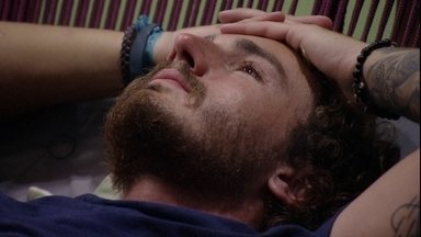 Finalista do BBB19, Alan chora sozinho na varanda - Alan chora sozinho na varanda