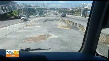 Buracos tomam conta de faixa exclusiva para ônibus na PE-15 - Problemas foram denunciados por telespectadores, que enviaram vídeos para a TV Globo