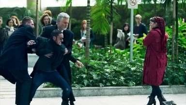 Dalila finge que está sendo atacada por Youssef para se livrar dele - Seguranças pegam o rapaz, que fica revoltado com Dalila