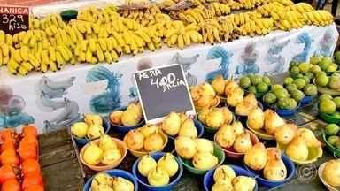 Levantamento do IBGE aponta aumento nos preços das frutas e legumes - Pesquisas apontam que, no último ano, só as hortaliças tiveram um aumento de 20%. Para não deixar de fazer a feira, tem muita gente pechinchando para achar o melhor preço.