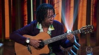 """Djavan canta """"Serrado"""" - Música é um tipo de samba que desconcertava na época em que foi lançada e mistura vários estilos musicais"""
