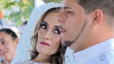 Casal que luta contra problema de saúde faz casamento em pátio de hospital em Santa Maria - Cerimônia aconteceu nesta sexta-feira (12), com a ajuda de amigos e funcionários do local.