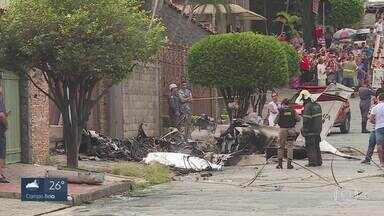Avião de pequeno porte cai no meio da rua no bairro Caiçara e provoca uma morte em BH - Queda aconteceu logo depois de a aeronave decolar do Aeroporto Carlos Prates.
