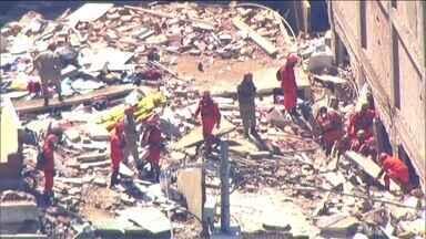 Bombeiros seguem trabalhando no local onde dois prédios desabaram na Muzema, no Rio - Dez pessoas morreram, oito ficaram feridas e 14 ainda podem estar debaixo dos escombros.