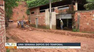 Risco de deslizamentos continua preocupando moradores de Barra Mansa e Volta Redonda - Após temporal e chuvas contínuas, terra permanece encharcada.