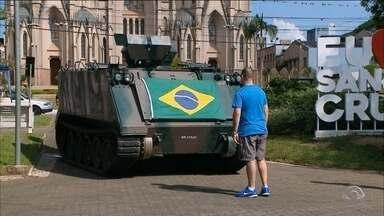 7º BIB dá início às comemorações da semana especial do Exército - Apresentações e exposições chamaram atenção de quem passou pela Praça Getúlio Vargas, em Santa Cruz, neste domingo.
