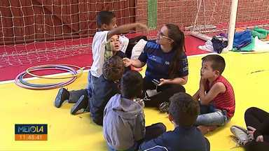Crianças de instituições de Ponta Grossa recebem caixas de bombom - Caixas de bombom foram doadas por telespectadores da RPC para a campanha de Páscoa.