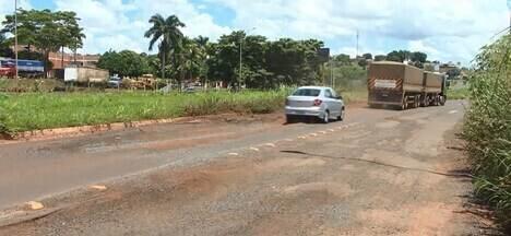 Motoristas reclamam das condições das pistas da BR-365 entre Ituiutaba e Santa Vitória - Rodovia está sem manutenção e alguns trechos não têm acostamentos. DNIT respondeu.