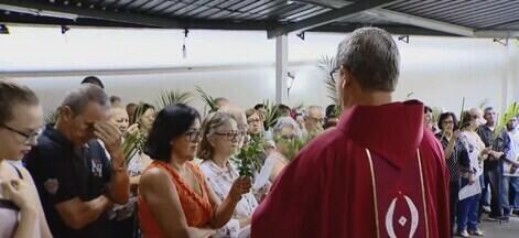 Fiéis católicos celebram início da semana santa com a Missa de Ramos em Uberlândia - Nos próximos sete dias haverá celebrações em todas as paróquias que fazem parte da Arquidiocese da cidade.