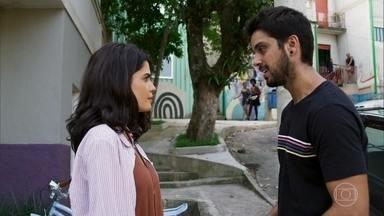 Bruno tenta beijar Laila - Ela fica brava com ele, que tenta contornar a situação