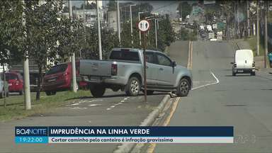 Motoristas passam pelo canteiro para fugir de congestionamento na Linha Verde - Multa passa dos R$ 880,00.