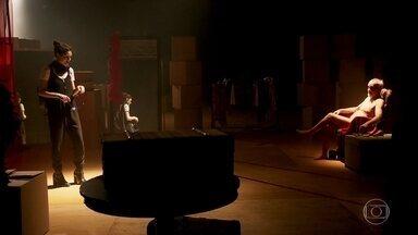 Manuzita fica desconfortável na aula de teatro - Manuzita é testada e provocada na aula