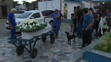 Corpos das vítimas dos desabamentos na Muzema são enterradas - Zenilda Bispo Amorim, de 38 anos, e o filho dela, Juan, de 10, foram enterrados no Cemitério do Caju, na Zona Norte do Rio. Em outro ponto do mesmo lugar, amigos e parentes se despediram de Maria Abreu, de 38 anos.