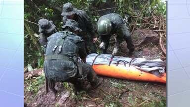 Batalhão de elite faz operação para retirar corpo de policial de área de mata em Piquete - Ele foi encontrado morto no domingo (14), mas remoção só começou nesta segunda (15) por causa da dificuldade de remoção. Valtemir Espíndola tinha 49 anos.