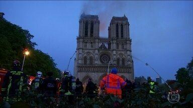 Incêndio é controlado e Catedral de Notre-Dame não corre risco de desabar - Um incêndio de grandes proporções destruiu boa parte da Catedral de Notre-Dame, patrimônio histórico francês e mundial, e levou nove horas para ser controlado. Franceses e turistas fazem uma vigília pelos bombeiros.