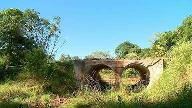 Ponte que custou R$ 30 mil é construída longe de rio e causa transtornos em Independência - Obra deveria ser uma solução rápida para outra estrutura que está em condições precárias.