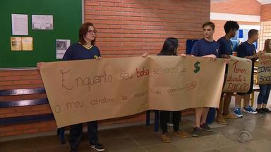 Pais de alunos reclamam da falta de professores em escolas do RS - Denúncias foram enviadas pelo WhatsApp do Jornal do Almoço.