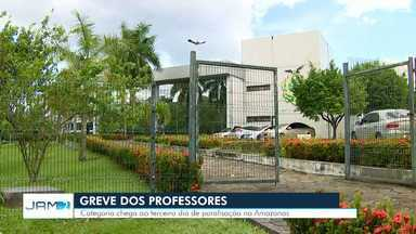 No terceiro dia de greve, professores protestam em frente à sede do Governo do AM - Segundo Sinteam, governador ainda não recebeu classe para apresentar propostas. Greve segue por tempo indeterminado.
