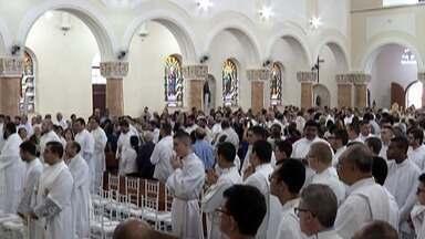 Missa do Crisma é celebrada nesta quinta e reúne 80 paróquias na Catedral de Mogi - Na Catedral de Sant'Anna representantes das 80 paróquias participaram da missa nesta quinta-feira (18).