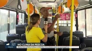 Motorista de ônibus enfeita ônibus e distribui doces para os passageiros - Seu Carlos trabalha na profissão há seis anos e é conhecido pela gentileza.