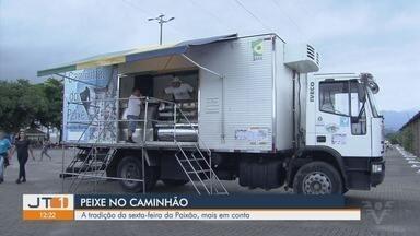 Caminhão do peixe tem preços mais acessíveis para sexta-feira da Paixão - Em Guarujá, moradores têm uma opção mais econômica para a sexta-feira da Paixão, quando a tradição é evitar comer carne vermelha.