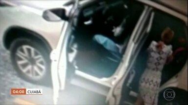 Em Cuiabá, mãe e três filhos ficam na mira de assaltante armado em estacionamento - Morre Bita do Barão, um dos principais lideres da umbanda do Brasil, em Teresina. Duas menores são apreendidas com drogas dentro de um ônibus em Goiás.