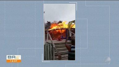 Barraca de praia pega fogo na praia de Coroa Vermelha, em Santa Cruz Cabrália - Incêndio pode ter sido provocado por faísca do braseiro de um vendedor de queijo coalho, que trabalhava na orla.