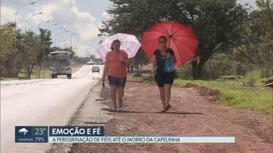 A peregrinação de fiéis até o Morro da Capelinha em Planaltina - Muitos fiéis enfrentaram uma longa caminha à pé e debaixo do Sol desde a BR 020 até o Morro da Capelinha.