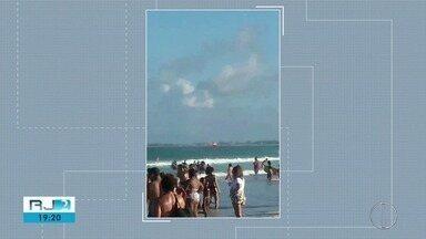 Imagens mostram momento em que helicóptero resgata banhistas afogados - Caso aconteceu na Praia do Forte, em Cabo Frio.