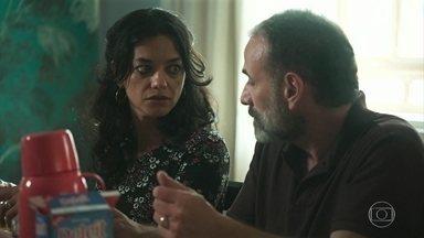 Missade se incomoda com o jeito como Elias fala de Helena - Elias comenta que Helena prometeu arrumar um trabalho para ele em Laranjeira