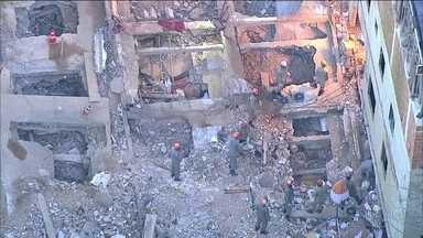 Bombeiros encontram mais dois corpos nos escombros de queda de prédios na Muzema - As equipes de resgate encontraram, neste sábado (20), mais dois corpos no desabamento dos prédios na comunidade da Muzema, no Rio. São 22 mortes confirmadas. Oito dias após os desabamentos, uma pessoa ainda é considerada desaparecida.