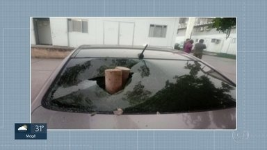 Carros de policiais são vandalizados na Coordenadoria de Polícia Pacificadora - Bandidos pularam o muro da Coordenadoria de Polícia Pacificadora e vandalizaram carros de policiais que estavam estacionados.