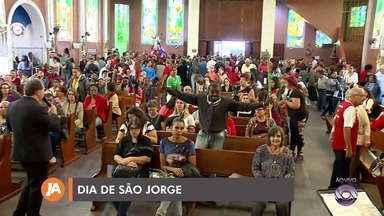 Mais de 100 mil pessoas visitam igreja em Porto Alegre no Dia de São Jorge - Devotos vão agradecer, fazer pedidos e homenageiam o santo.