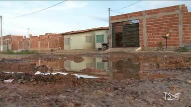 Comissão do consumidor de Imperatriz realiza vistoria em conjuntos habitacionais - Após receber várias denúncias, a comissão encontrou buracos nas ruas, esgoto escorrendo, falta de drenagem e até problemas na estrutura das casas.