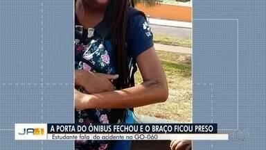 Estudante fica com braço preso e é arrastada por ônibus em Goiânia; vídeo - Vítima teve o braço machucado e contou que o veículo só parou quando passageiros e pedestres gritaram. Segundo ela, o motorista foi embora sem prestar atendimento